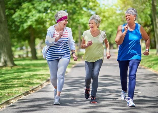 Đi bộ 7.500 bước mỗi ngày là đủ để giúp giảm nguy cơ tử vong ở phụ nữ lớn tuổi. (Nguồn: medicalnewstoday.com)